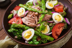 Salad with tuna, tomatoes, asparagus and onion Royalty Free Stock Images