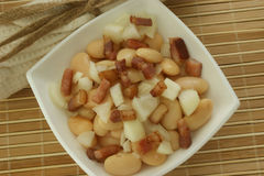 Salad with white bean and grilled bacon Royalty Free Stock Images