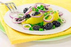 Salada alaranjada com azeitonas e cebolas Imagens de Stock