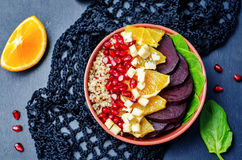 Salada alaranjada do queijo azul da grandada da beterraba de espinafres do Quinoa Fotografia de Stock