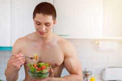 A salada antropófaga nova do halterofilista no copyspace da cozinha cura foto de stock royalty free