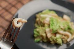 Salada apetitosa com calamar fotos de stock royalty free