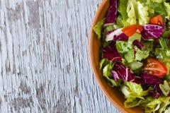 Salada apetitosa do tomate na bacia na tabela de madeira Foto de Stock Royalty Free