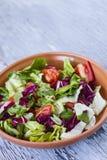 Salada apetitosa do tomate na bacia na tabela de madeira Imagens de Stock Royalty Free