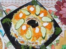 Salada apresentada em uma placa e decorada com ervas e pepinos Foto de Stock