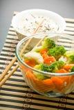 Salada, arroz e chopsticks Fotografia de Stock Royalty Free