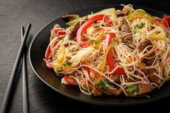 Salada asiática com macarronetes, carne e vegetais de arroz Fotografia de Stock