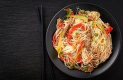 Salada asiática com macarronetes, carne e vegetais de arroz Imagem de Stock