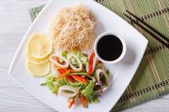 Salada asiática com opinião superior horizontal de macarronetes do calamar e de arroz Foto de Stock Royalty Free
