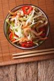 Salada asiática das orelhas da carne de porco com os vegetais na tabela Parte superior vertical Fotos de Stock
