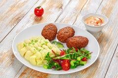 Salada, batata triturada e costoletas suculentas da carne Foto de Stock Royalty Free