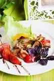 Salada bonita com galinha grelhada, cogumelos, vegetais, pimentas, alho-porros em uma vida imóvel no quadro verde, elegante Fotografia de Stock Royalty Free