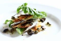 Salada branca das anchovas com arugula, batata imagem de stock
