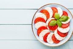 Salada caprese clássica Tomates e Basilikum da mussarela imagens de stock royalty free