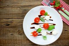 A salada caprese do aperitivo festivo do Natal deu forma à árvore de Natal imagem de stock
