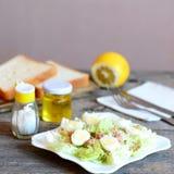 Salada caseiro com couve do napa, ovos de codorniz e os peixes de atum enlatados Salada saudável em uma placa, forquilha, faca, g imagens de stock royalty free