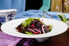 Salada chinesa com dos cogumelos do shiitake vida ainda, cebola vermelha, restaurante, alimento do vaso Imagem de Stock