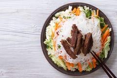 Salada chinesa com macarronetes de arroz, carne e opinião superior dos vegetais fotos de stock royalty free