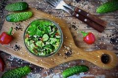 Salada chinesa com pepino, os pimentões e sésamo quebrados Imagem de Stock