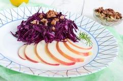 Salada clara do vegetariano da dieta da couve vermelha, da maçã e das nozes Fotos de Stock
