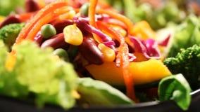 Salada com óleo video estoque