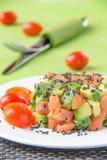 Salada com abacate e os peixes vermelhos fotos de stock