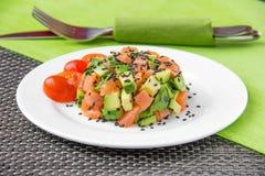 Salada com abacate e os peixes vermelhos fotografia de stock royalty free