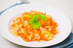 Salada com aipo, cenouras e maçãs foto de stock royalty free