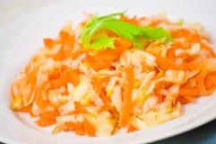 Salada com aipo, cenouras e maçãs Fotografia de Stock