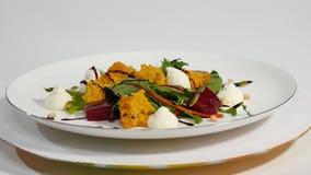 Salada com arenques, beterrabas, paprika, a cebola vermelha, a mostarda e vinagre balsâmico Salada da alface, das beterrabas e do Fotografia de Stock Royalty Free