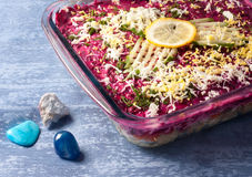 Salada com arenques e vegetais. Fotos de Stock Royalty Free