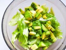 A salada com as sementes do abacate e de sésamo, óleo é derramada, em um de madeira Salada em uma placa, alimento do abacate do v fotografia de stock royalty free