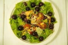 Salada com as uvas na placa fotografia de stock