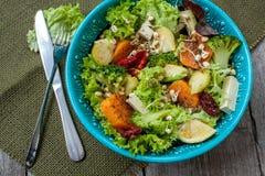 Salada com batatas doces, tomates secados, abacate, brócolis, couves de Bruxelas, fotos de stock