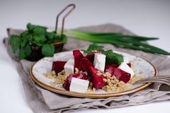 Salada com beterrabas, cevada de pérola, coentro e queijo do brynza Foto de Stock Royalty Free