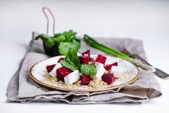 Salada com beterrabas, cevada de pérola, coentro e queijo do brynza, fundo claro Imagem de Stock Royalty Free