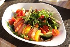 Salada com camarões, abacate e pamplumossa. Imagem de Stock Royalty Free