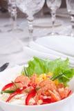 Salada com camarões e milho Imagens de Stock Royalty Free