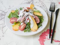 Salada com caqui, a galinha fumado, os tomates de cereja, o queijo do camembert e o molho de queijo azul Prato festivo Jantar do  imagens de stock royalty free