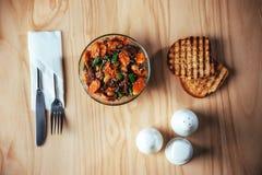 Salada com carne, cenouras e konzhutom polvilhado do fasoli Imagens de Stock