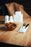 Salada com carne, cenouras e konzhutom polvilhado do fasoli Imagem de Stock
