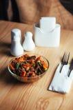 Salada com carne, cenouras e konzhutom polvilhado do fasoli Fotografia de Stock Royalty Free