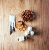 Salada com carne, cenouras e konzhutom polvilhado do fasoli Foto de Stock