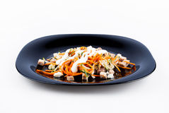 Salada com carne na placa escura Imagens de Stock Royalty Free