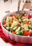 Salada com carne, pepinos, tomates e fritos de pão Foto de Stock Royalty Free
