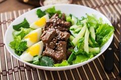 Salada com carne picante, pepino e ovos Fotos de Stock Royalty Free