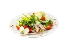 Salada com carne, vegetais e ovos de codorniz imagem de stock