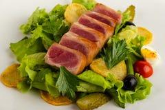 Salada com close-up fumado e vegetais dos peixes em um fundo branco imagem de stock royalty free