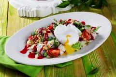 Salada com do ovo escalfado dos cajus do molho vida vermelha ainda Fotografia de Stock