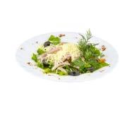 Salada com ervas, carne e azeitonas frescas imagem de stock